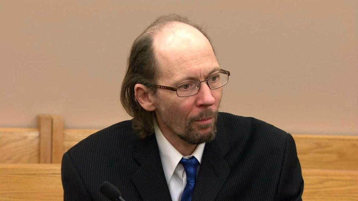Kenneth Harrisson impassible dans le tribunal.