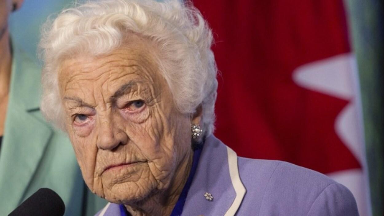 L'ex-mairesse de Mississauga Hazel McCallion au micro