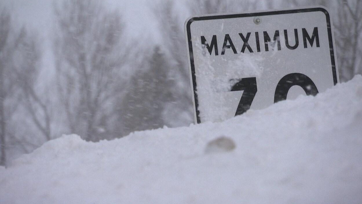 Un panneau routier enseveli de neige