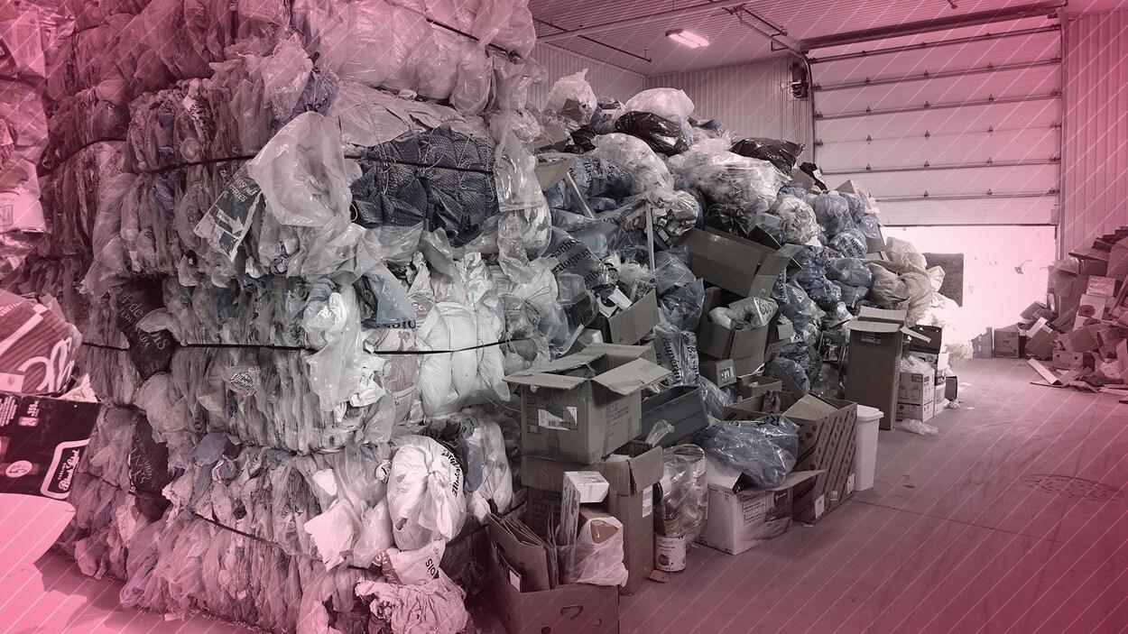 Des piles d'ordures dans un entrepôt.