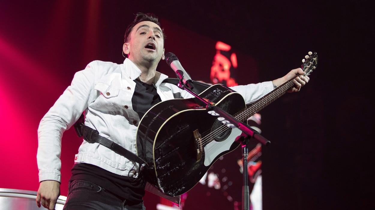 Le chanteur du groupe Hedley, Jacob Hoggard, manie la guitare sur scène lors du dernier concert prévu de leur tournée canadienne, à Kelowna, en Colombie-Britannique, le 23 mars 2018.
