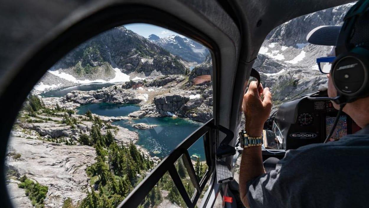 Vol en hélicoptère, au-dessus de la région montagneuse de Pitt Lake, en Colombie-Britannique.