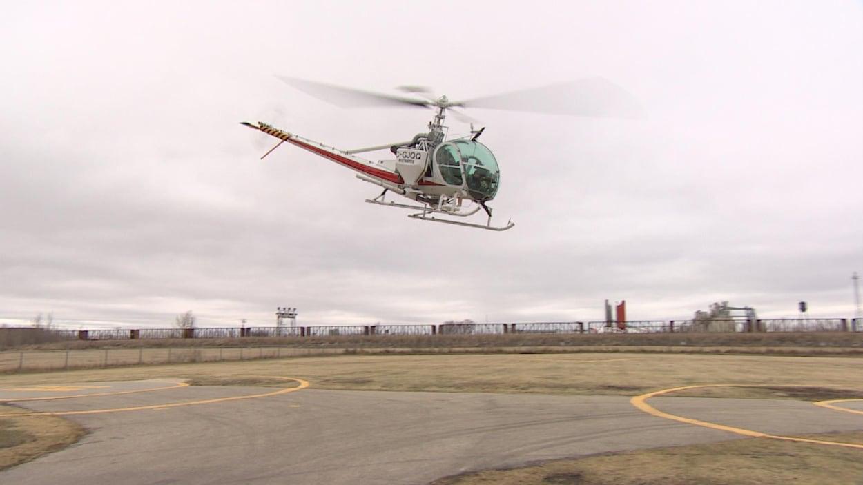 Un hélicoptère dans le ciel gris de Winnipeg.