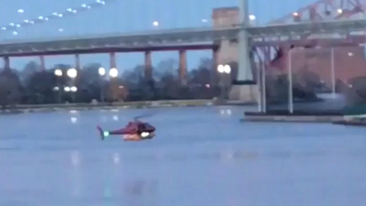 Un hélicoptère s'écrase dans l'East River, au moins deux morts — New York
