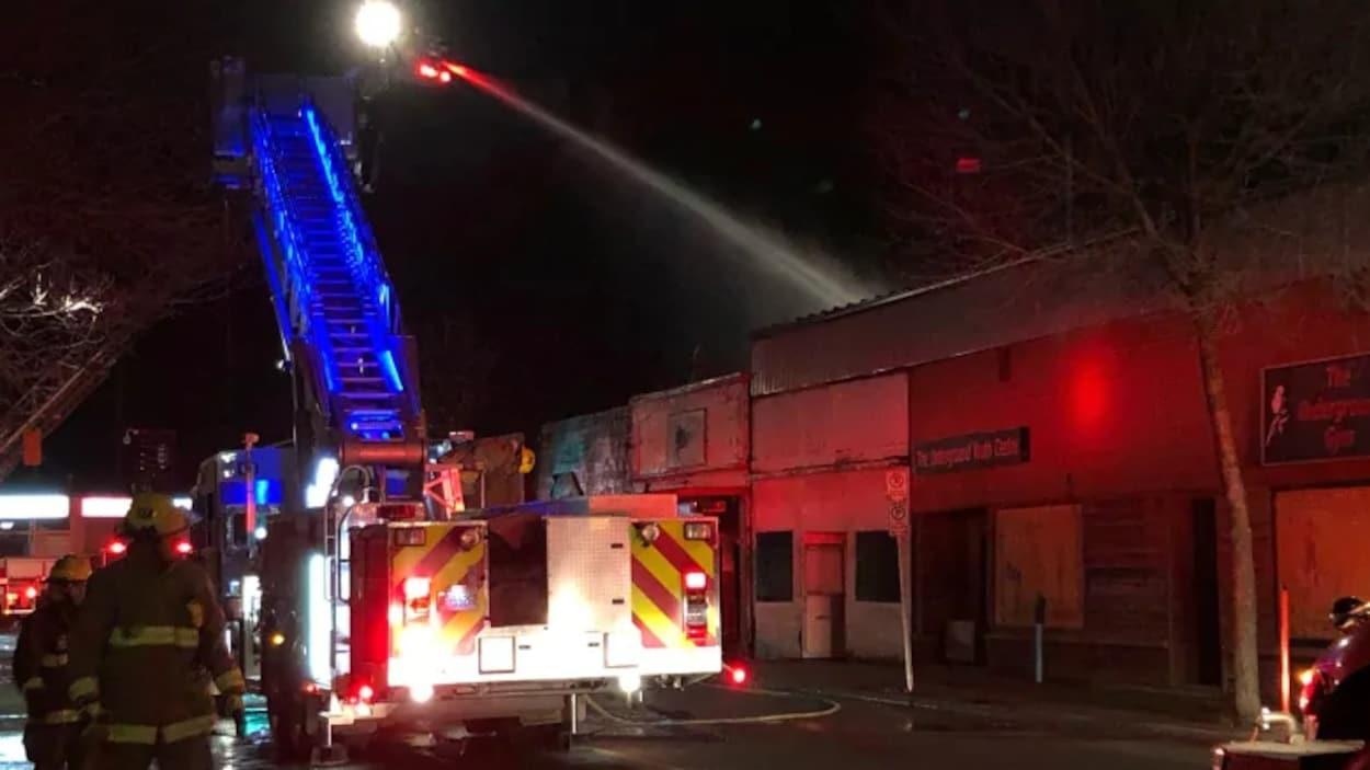 Des pompiers en action la nuit.