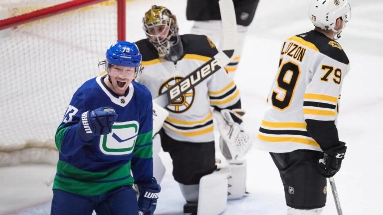 Tyler Toffoli sur la glace. Derrière lui se trouve le gardien de but des Bruins de Boston.