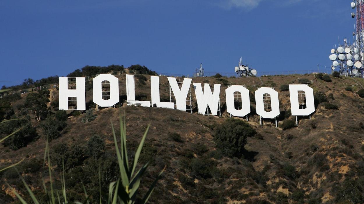 On voit le panneau iconique où sont inscrites les lettres d'Hollywood, à Los Angeles.