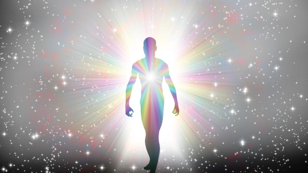 Un homme marche dans un faisceau de lumière.