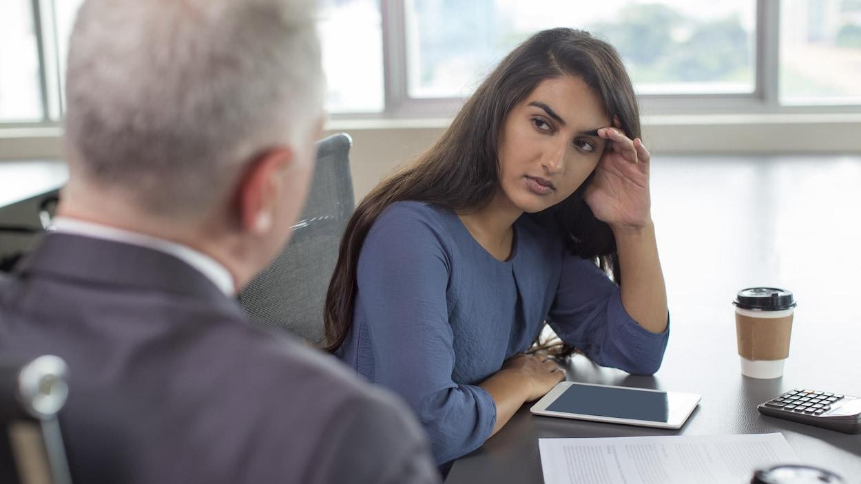Une femme jette un regard distant à un homme.