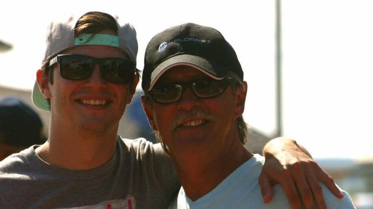 Joseph Howlett, à droite, en compagnie de son fils Tyler