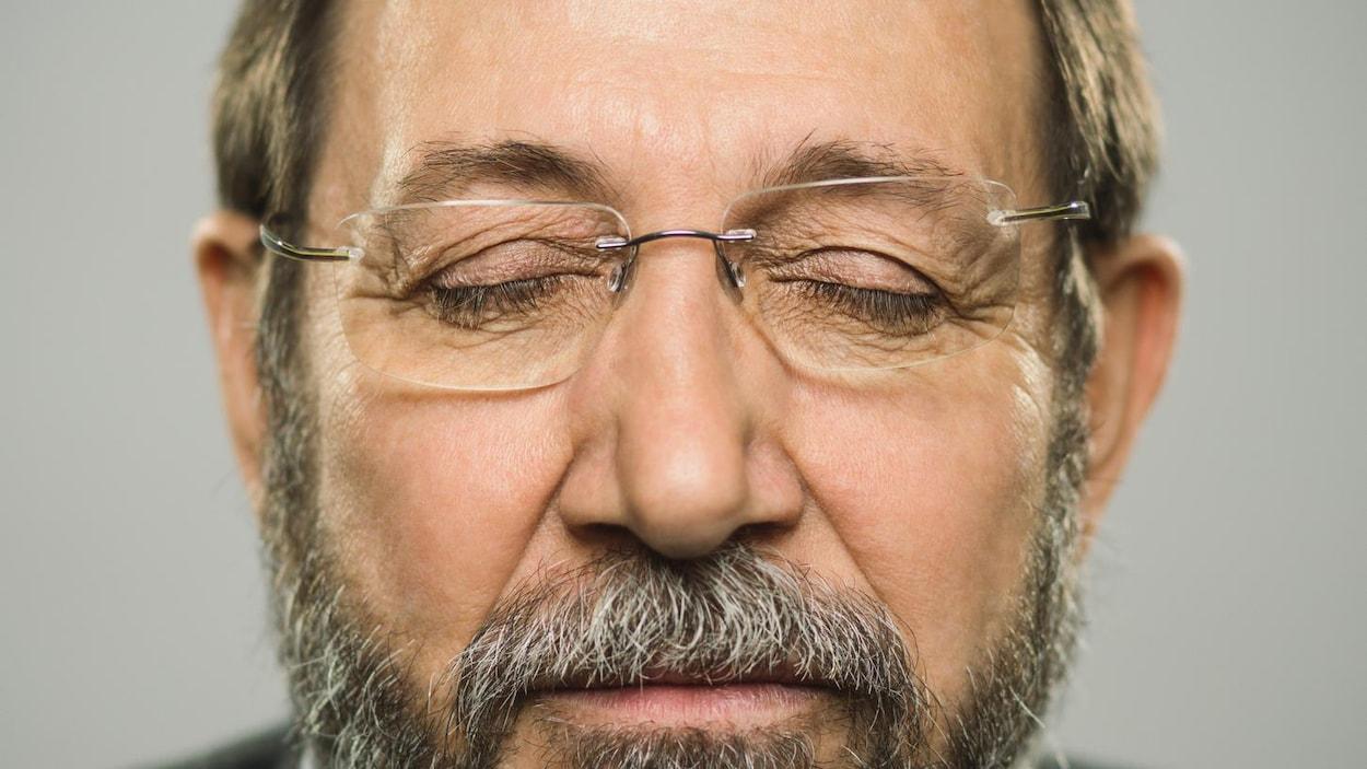Un homme les yeux fermés