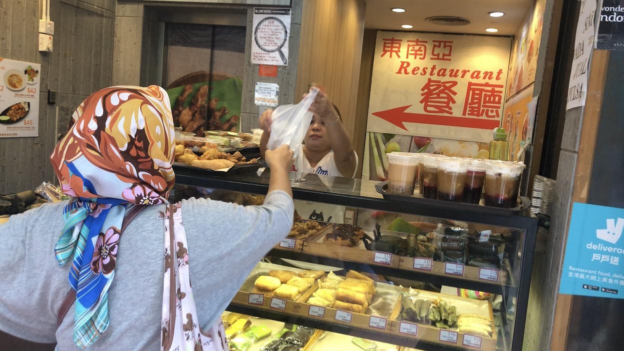 Une buvette avec une employée et une cliente.