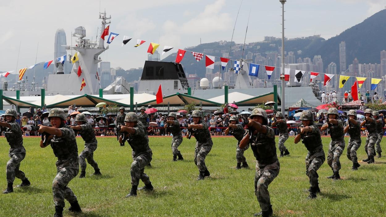 Des soldats de l'Armée populaire de libération (APL) défilent lors d'une journée portes ouvertes à la base navale de Stonecutters Island, à Hong Kong, en Chine, le 30 juin 2019.
