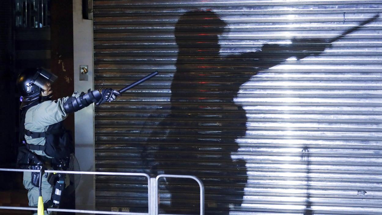 Un policier antiémeute lors d'une manifestation à Hong Kong le 7 août.