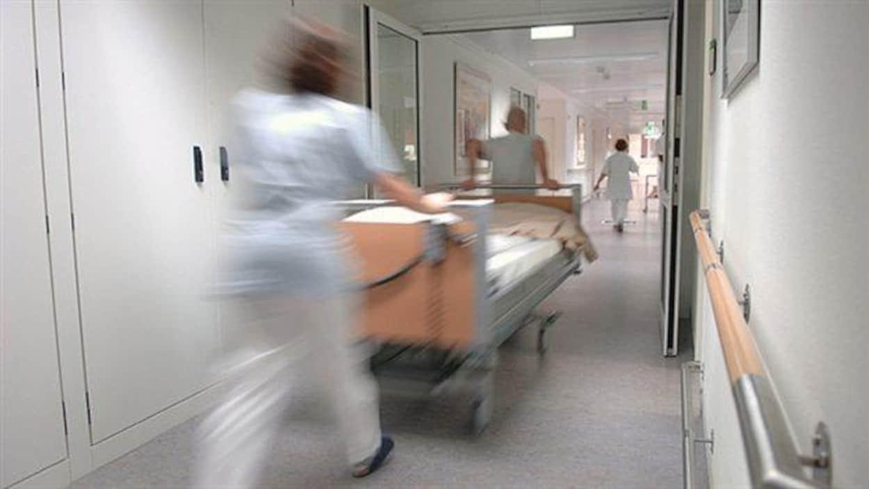 Des infirmiers transportent une civière.