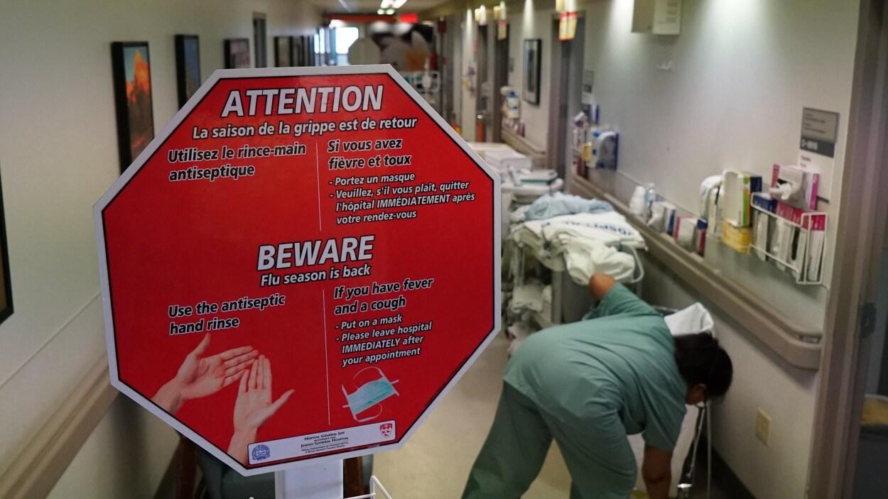 Un panneau indiquant plusieurs consignes à suivre pour éviter la contamination du virus de la grippe.