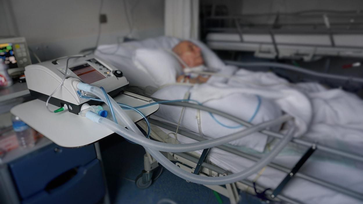 Un homme hospitalisé.
