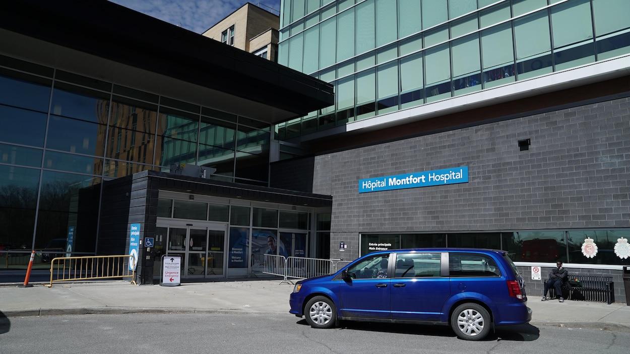 Une fourgonnette stationnée devant l'entrée de l'Hôpital Montfort.
