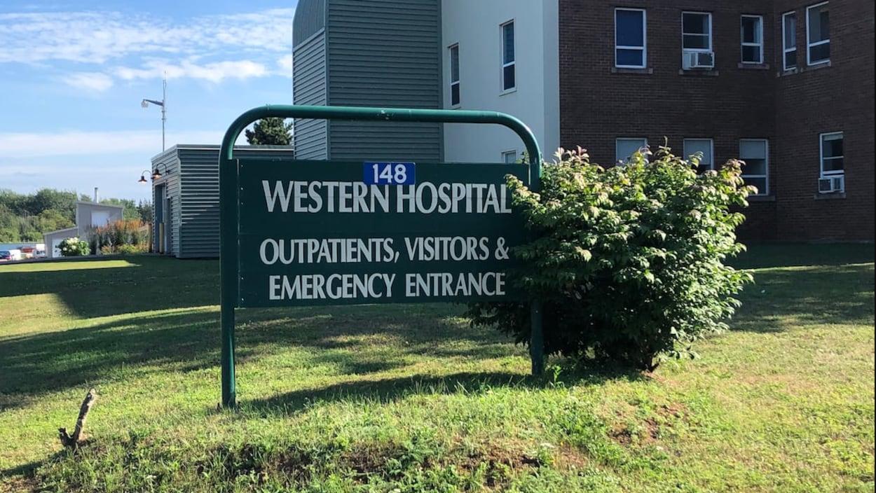 Une photo de l'extérieur de l'hôpital Western, en été.