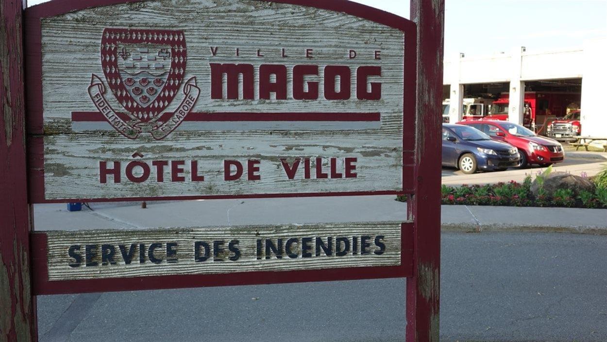 L'affiche de hôtel de ville et du service des incendies de Magog