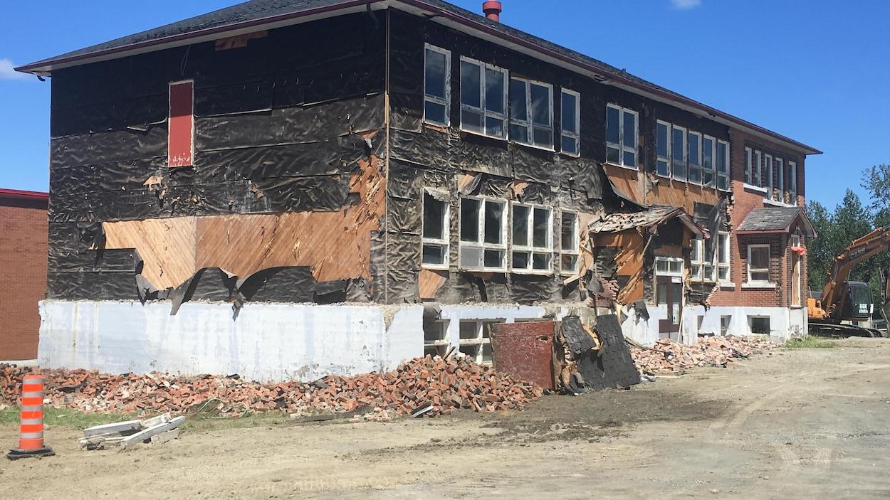 L'ancien hôtel de ville de La Trinité-des-Monts en cours de démolition