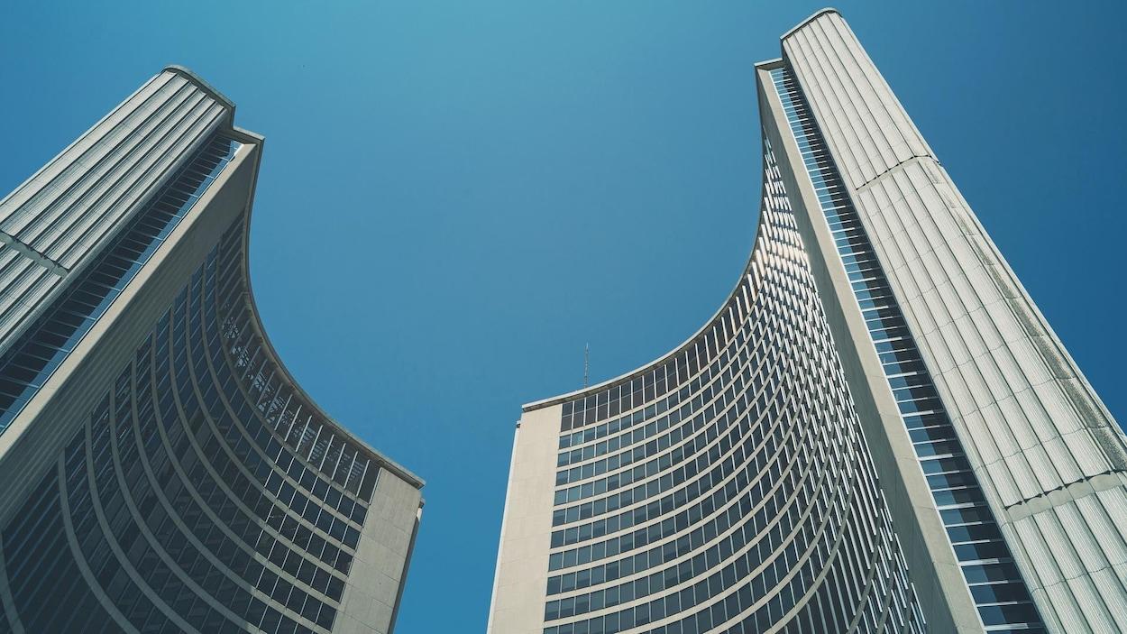 Vue contre-plongée de l'hôtel de ville de Toronto, en Ontario.