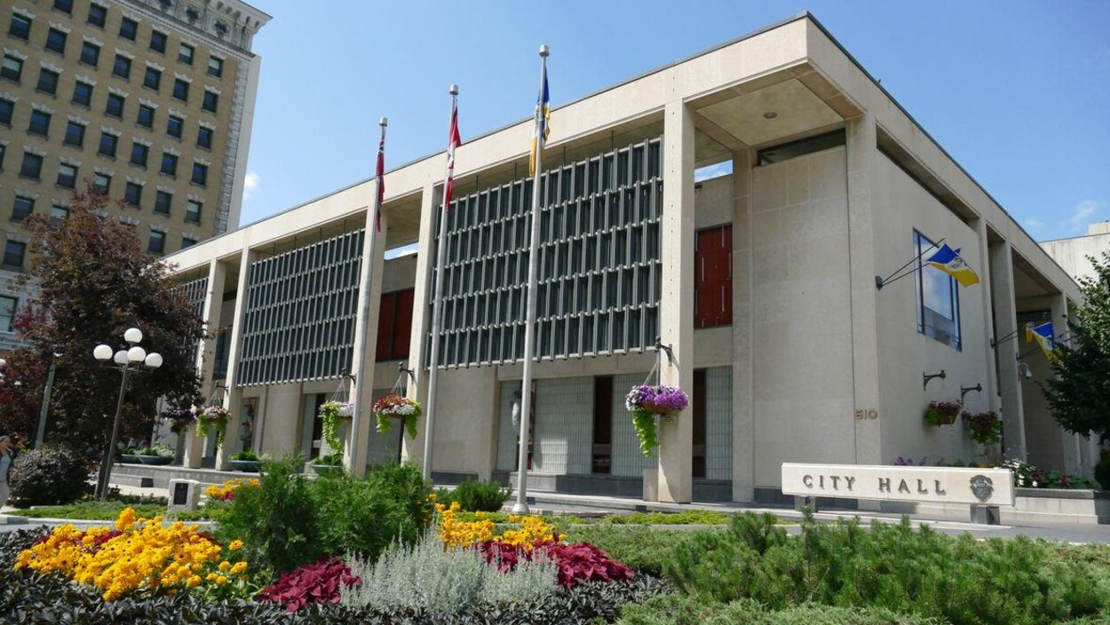 L'Hôtel de Ville de Winnipeg, fleuri.