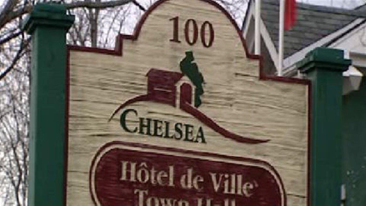 Une pancarte qui indique l'hôtel de ville de Chelsea.
