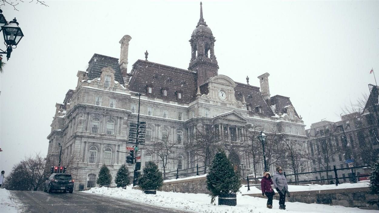 L'hôtel de ville de Montréal sous la neige.