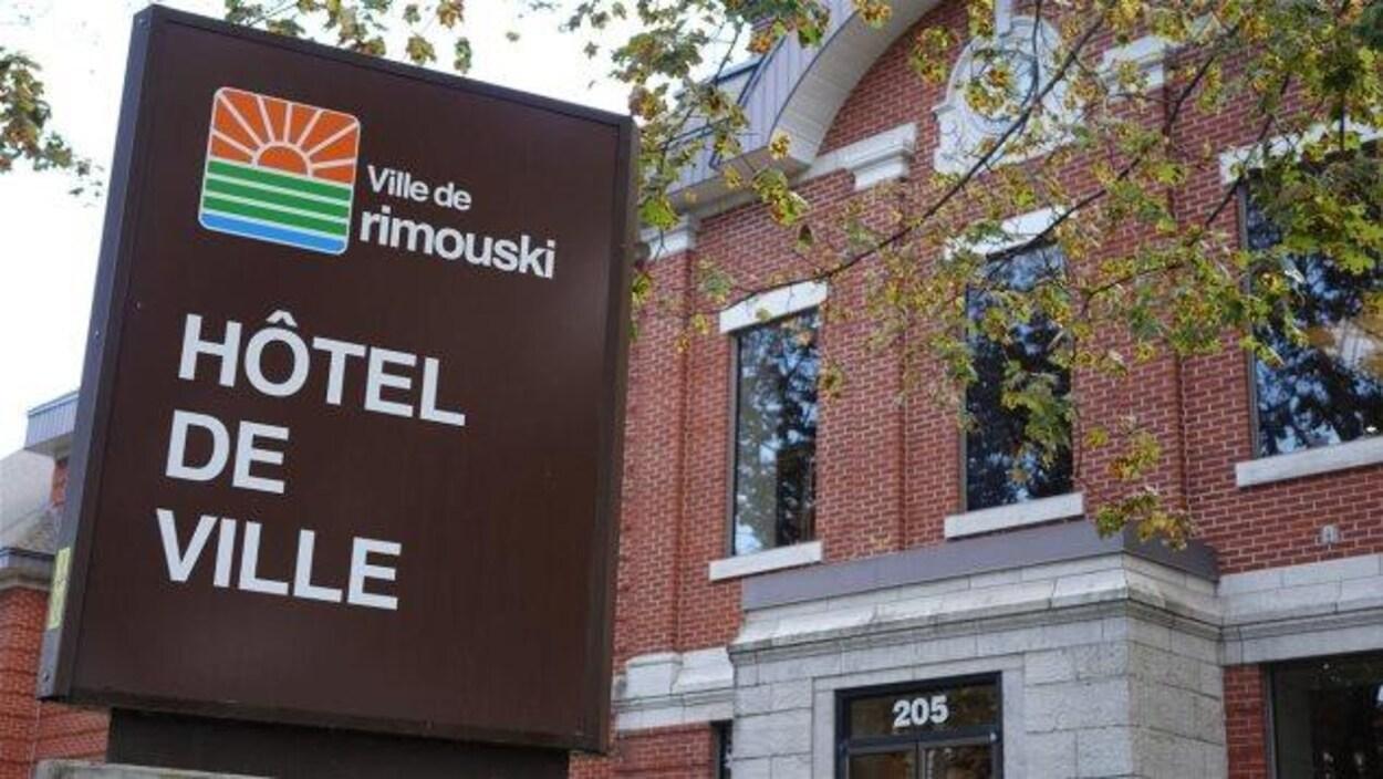 La façade de l'hôtel de ville de Rimouski.