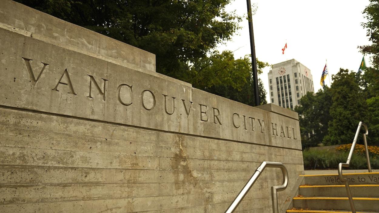 Vue de l'hôtel de ville de Vancouver avec, en avant-plan, le nom de l'édifice