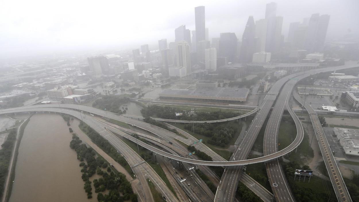 Photo aérienne des autoroutes autour du centre-ville de Houston qui sont désertées en raison des inondations causées par la tempête tropicale Harvey, le 29 août 2017