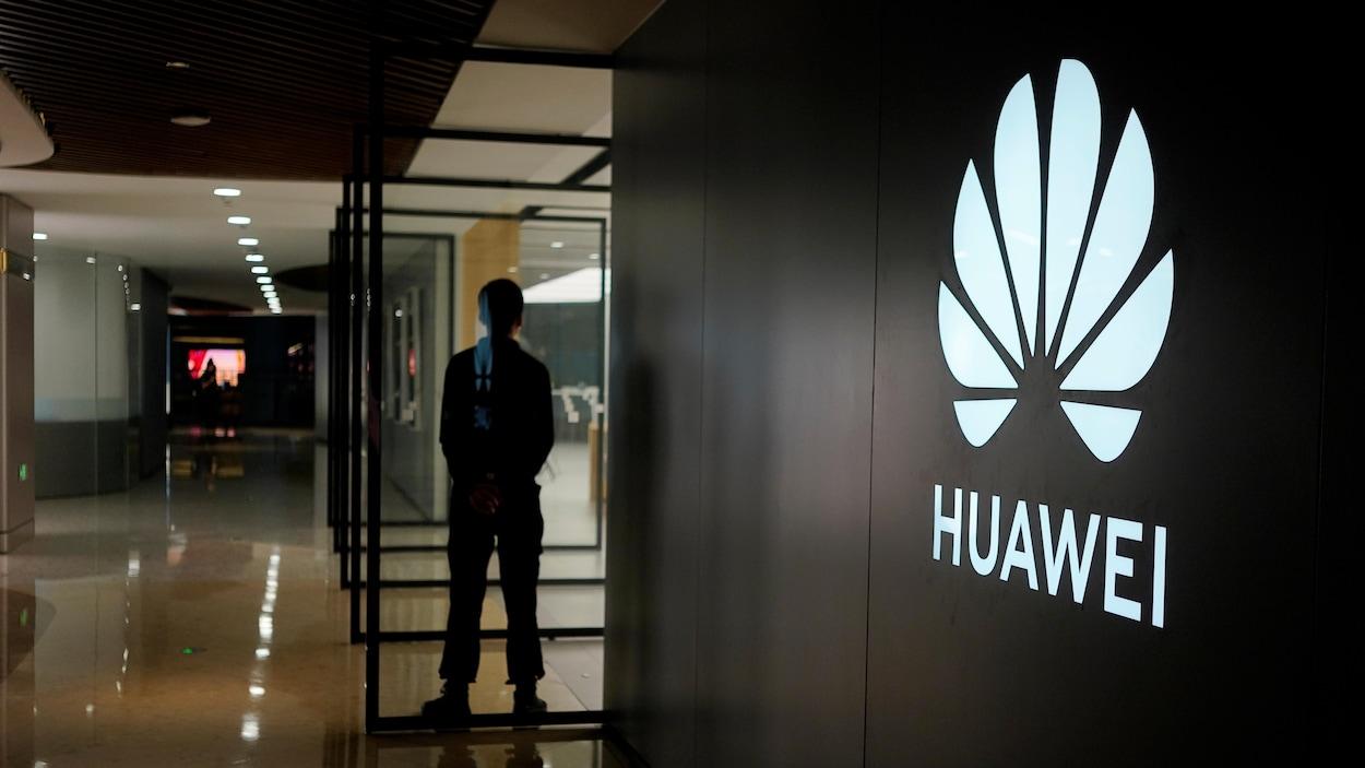Le logo de Huawei sur un mur dans un centre commercial.
