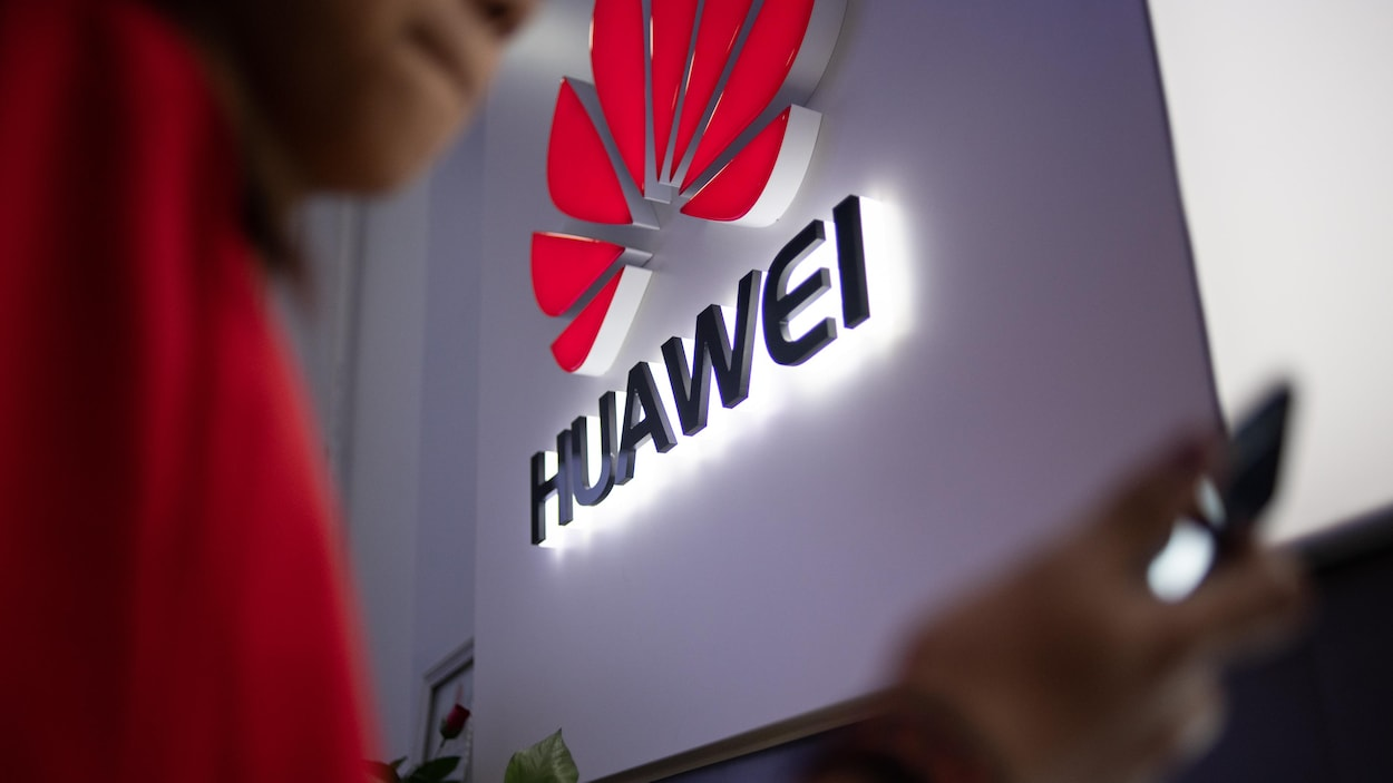 Un logo Huawei affiché dans un magasin de détail à Beijing, en Chine.