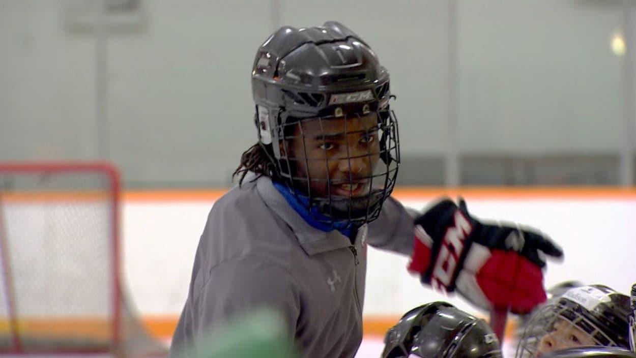 Le jeune joueur en action sur la glace.