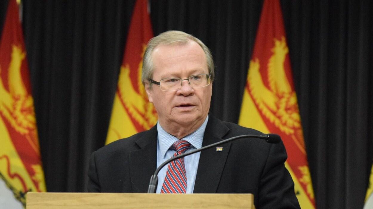 Le ministre de la Santé du Nouveau-Brunswick, Hugh Flemming, en point de presse.