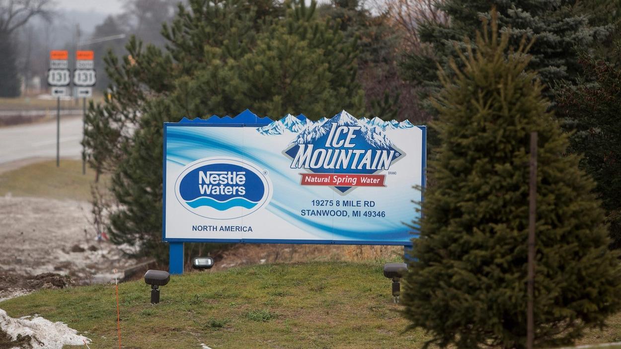 Une pancarte d'Ice Mountain, l'eau embouteillée par Nestlé.