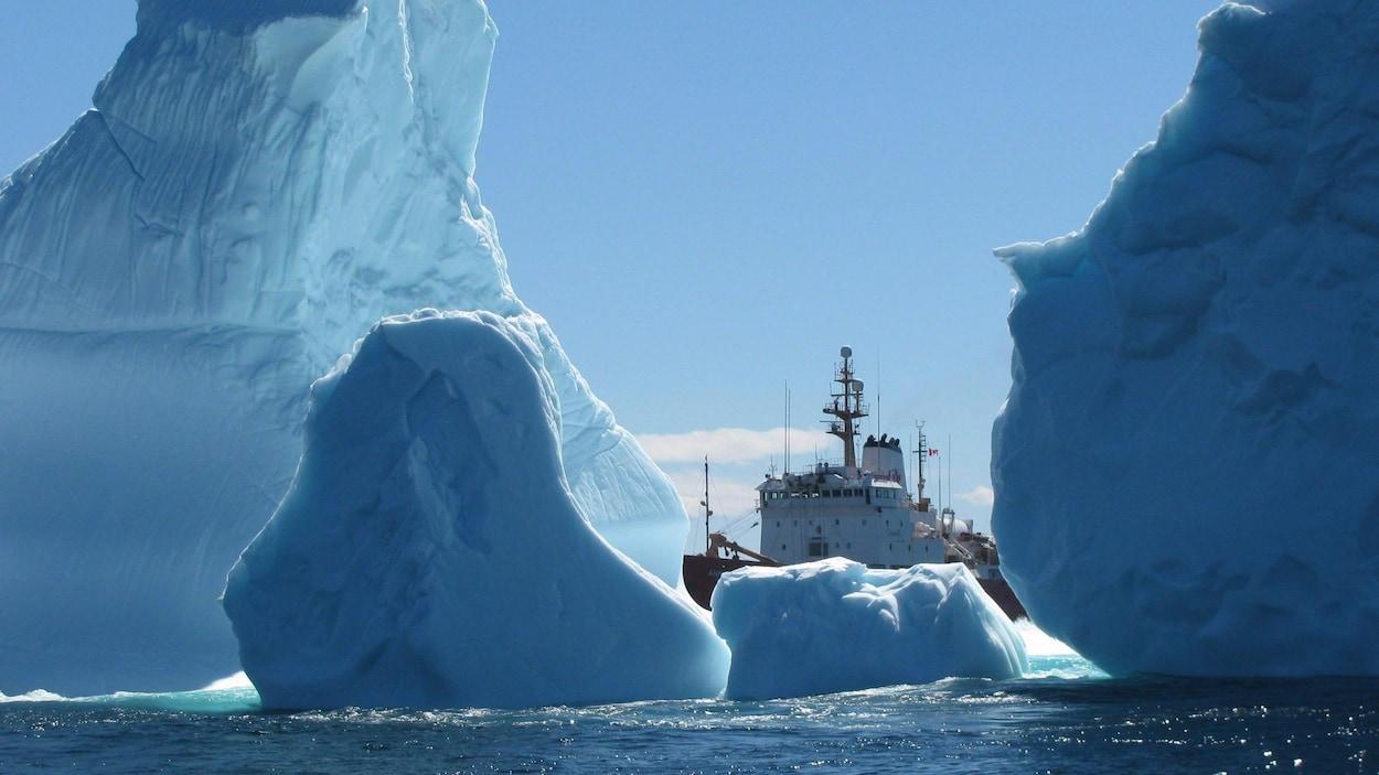 Un navire de la garde côtière vu au milieu de plusieurs icebergs