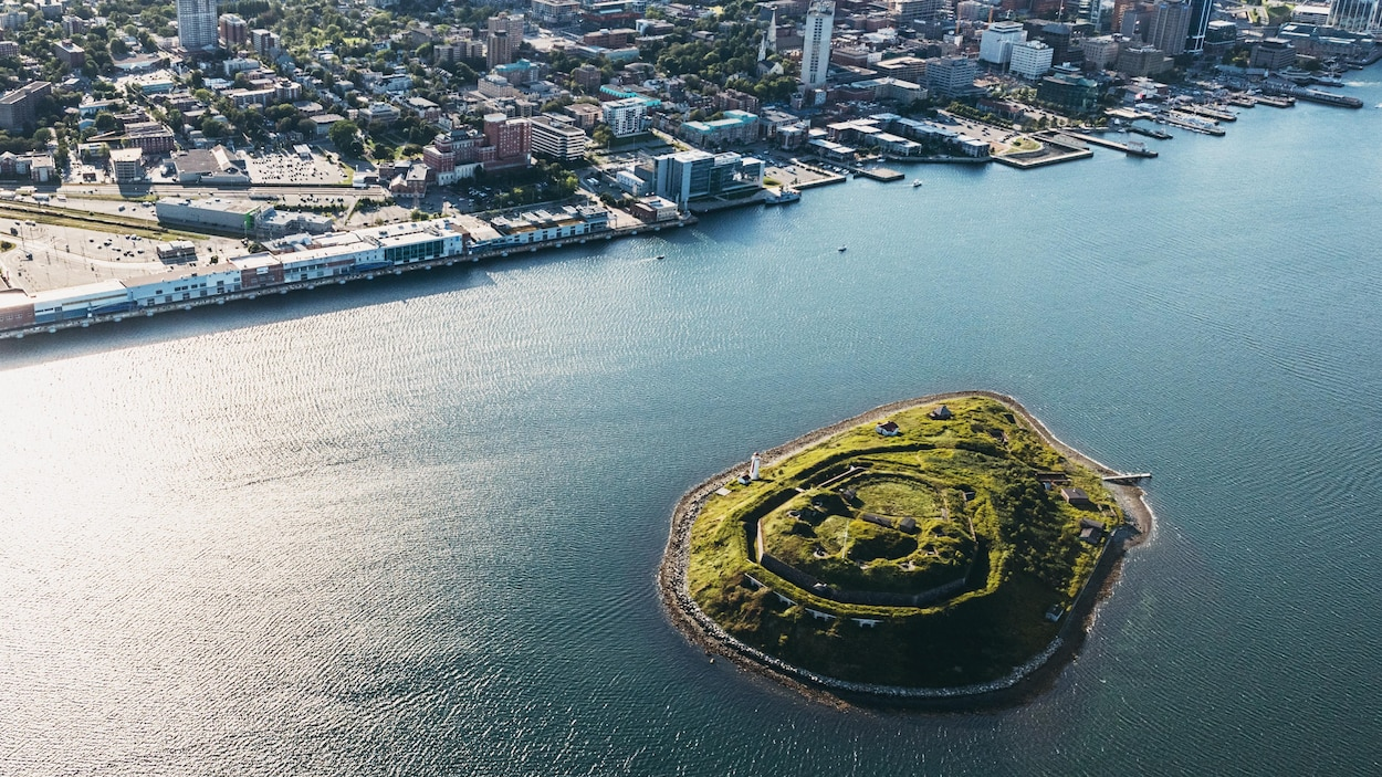 Vue aérienne de l'île George et d'Halifax.