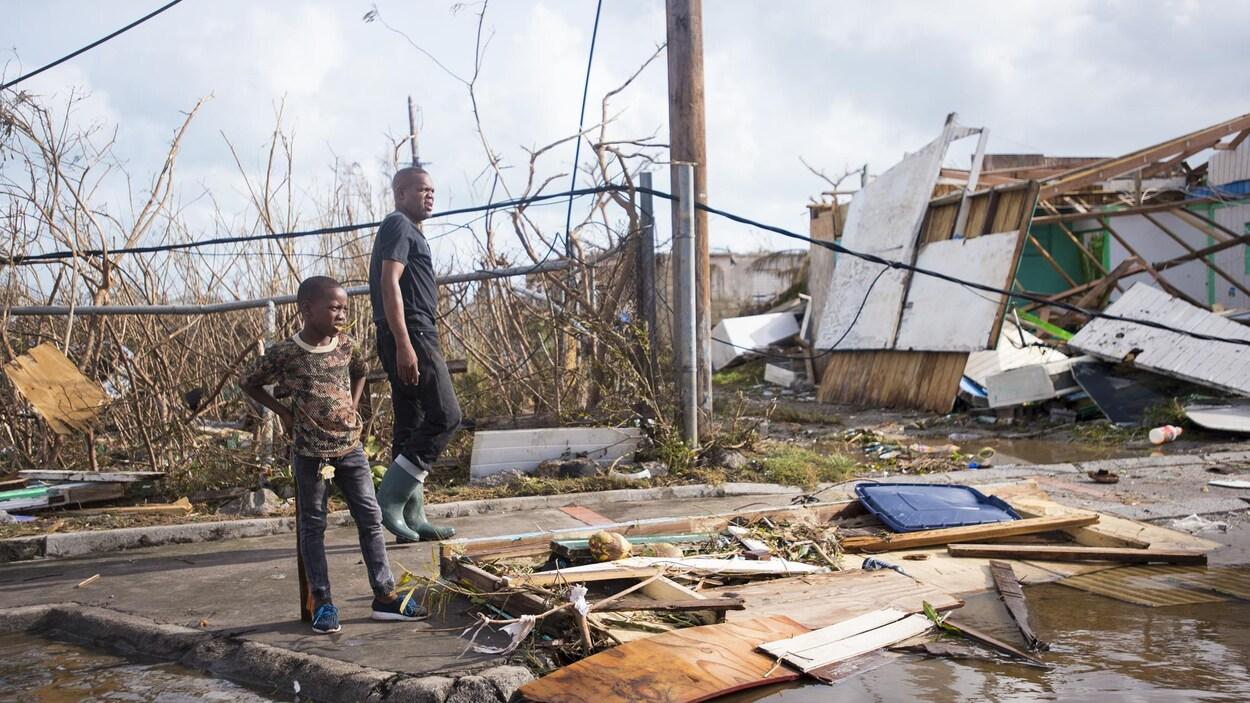Des résidents de l'île Saint-Martin, située près de celle de Saint-Barthélemy, constatent les dégâts engendrées par Irma.