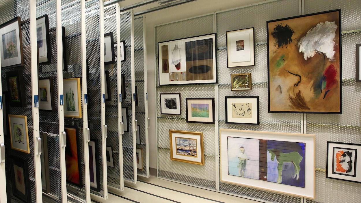 La réserve de l'Imageothèque de l'Université Laval. On y voit plusieurs oeuvres d'artistes comme Nicolas Roy et Armand Vaillancourt.