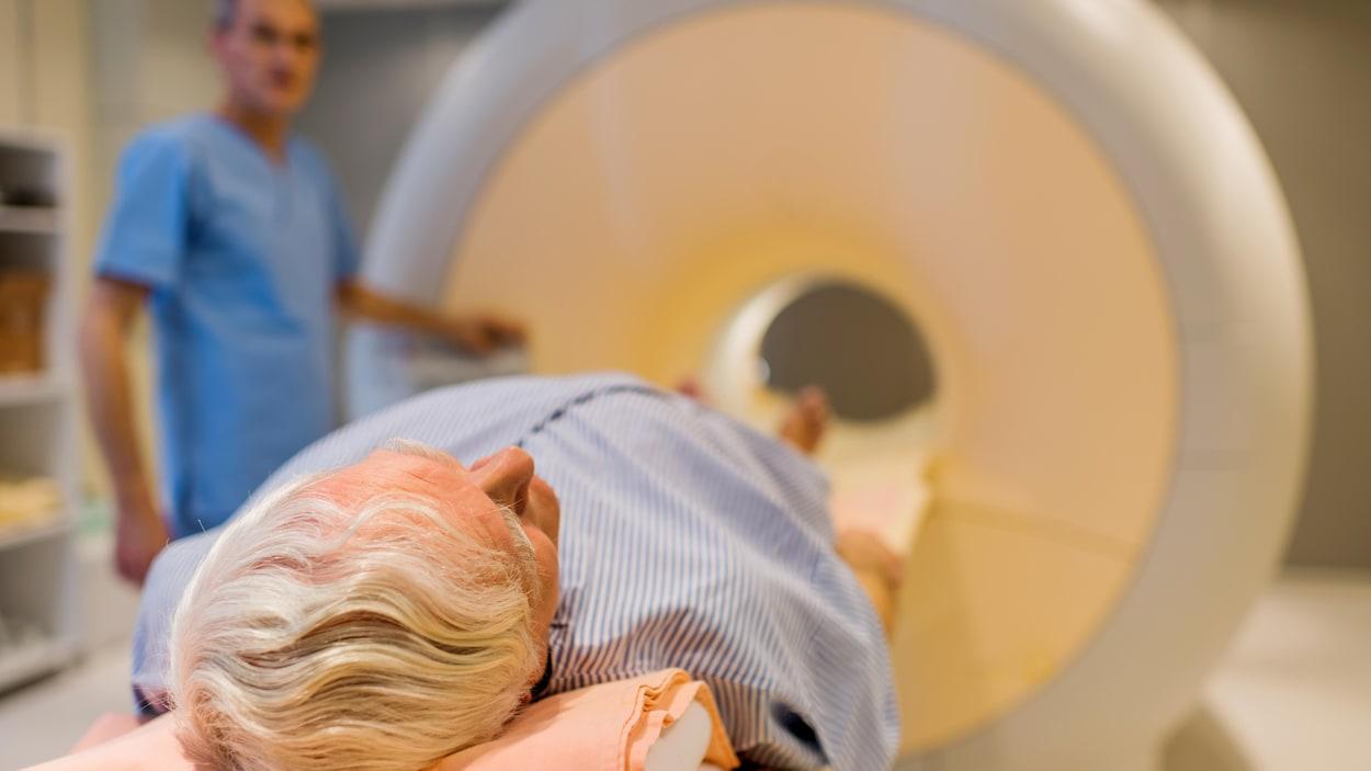 Les participants à l'étude sont placés dans un appareil d'imagerie par résonance magnétique