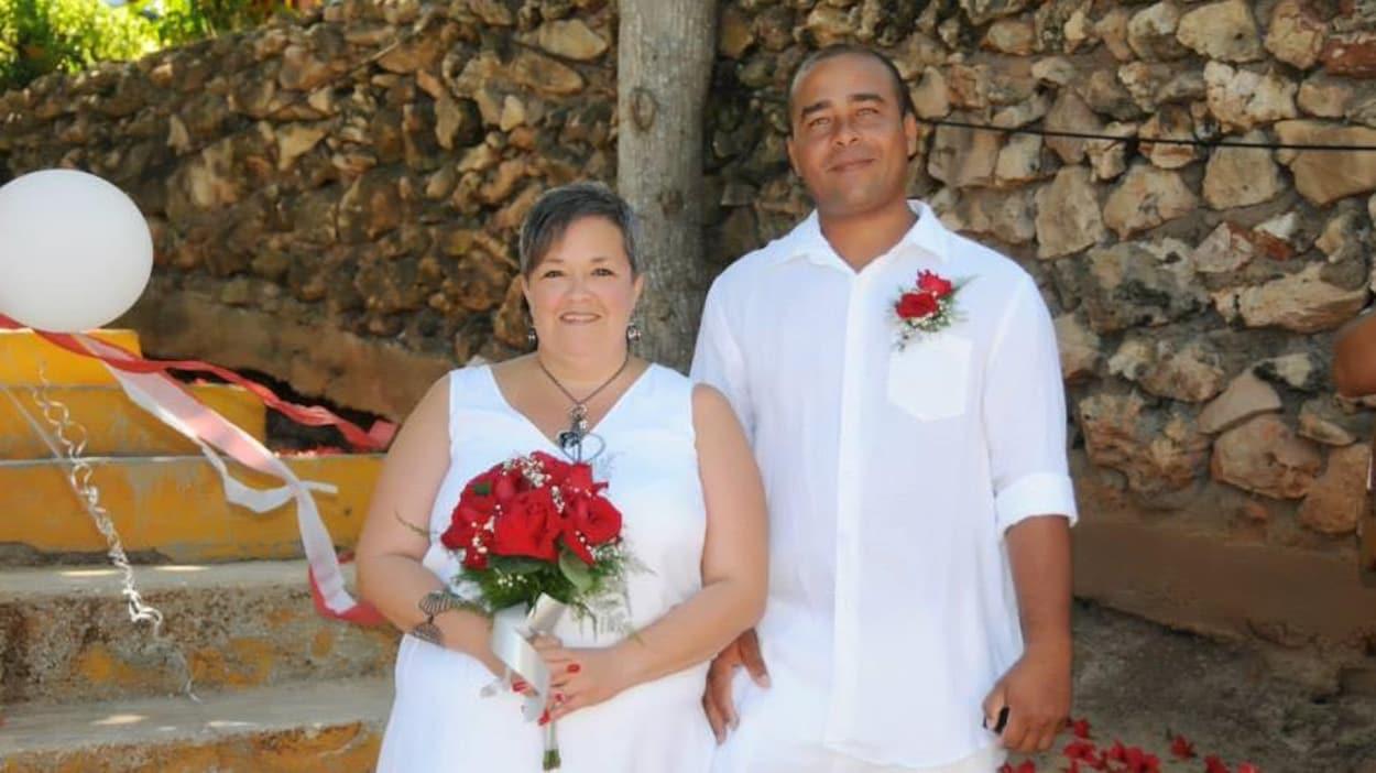 Deux personnes se marient à Cuba.