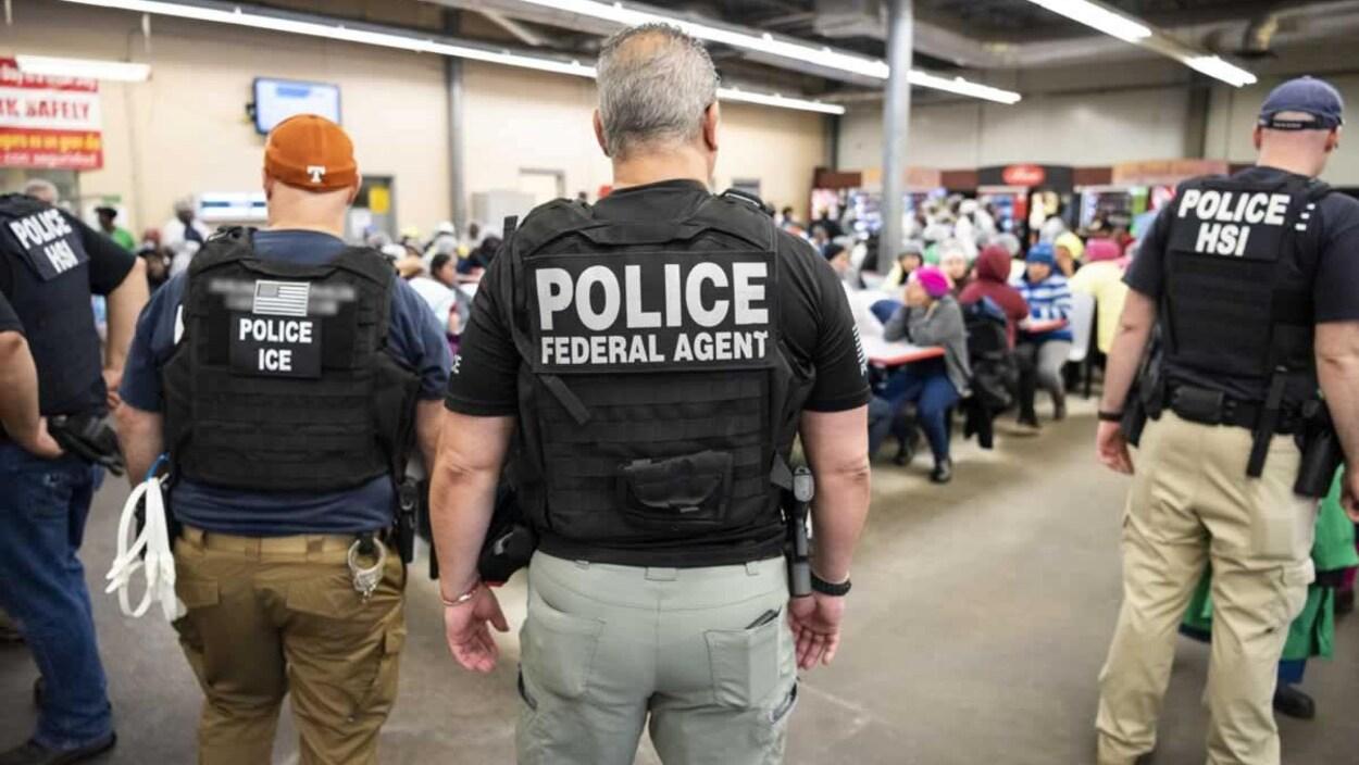 Des policiers en uniforme dans la cafétéria d'une entreprise.