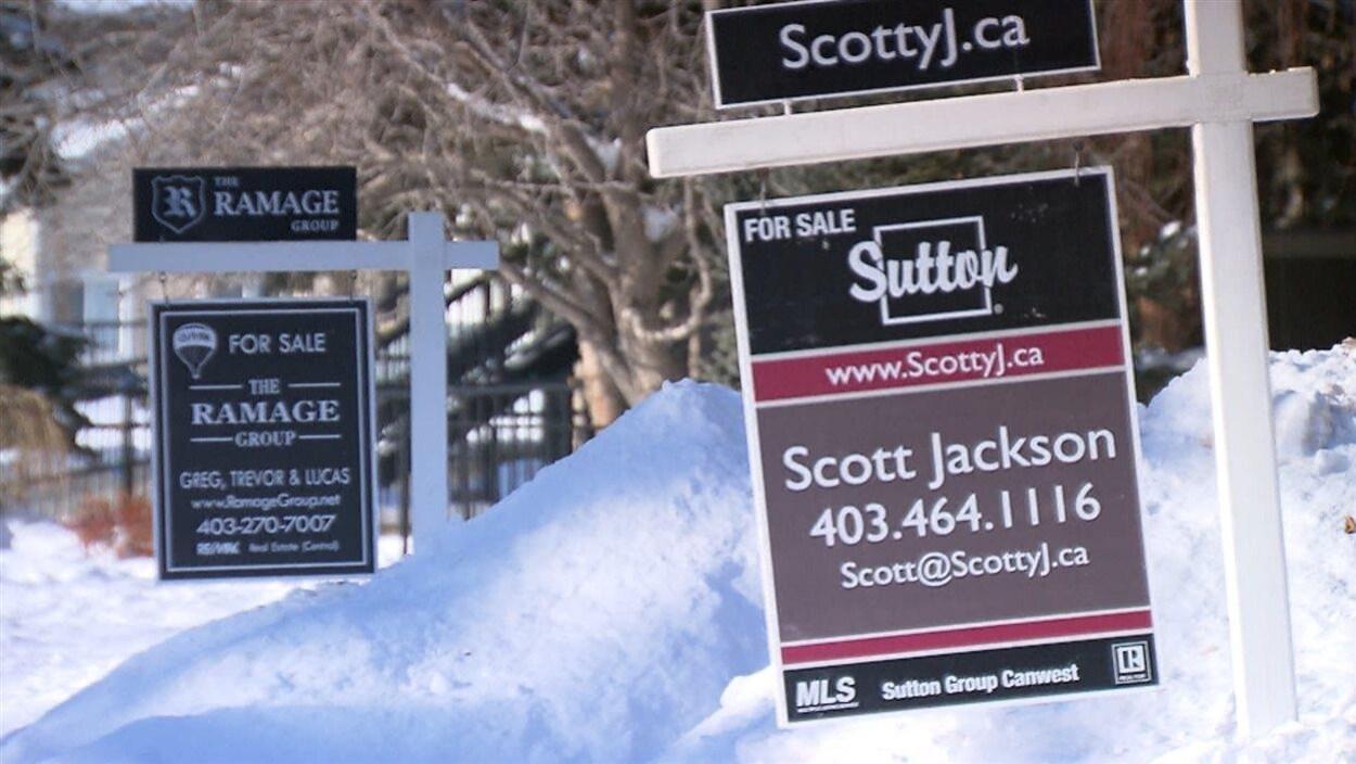 Des pancartes à vendre à Calgary.