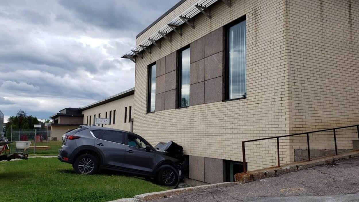 Un véhicule utilitaire sport a percuté un mur.