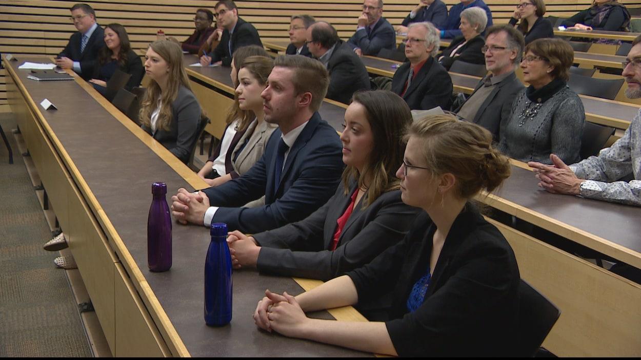 Des étudiants (au premier plan) du certificat de common law en langue française de l'Université de la Saskatchewan et des dignitaires étaient présents à l'inauguration officielle du programme en novembre 2016.