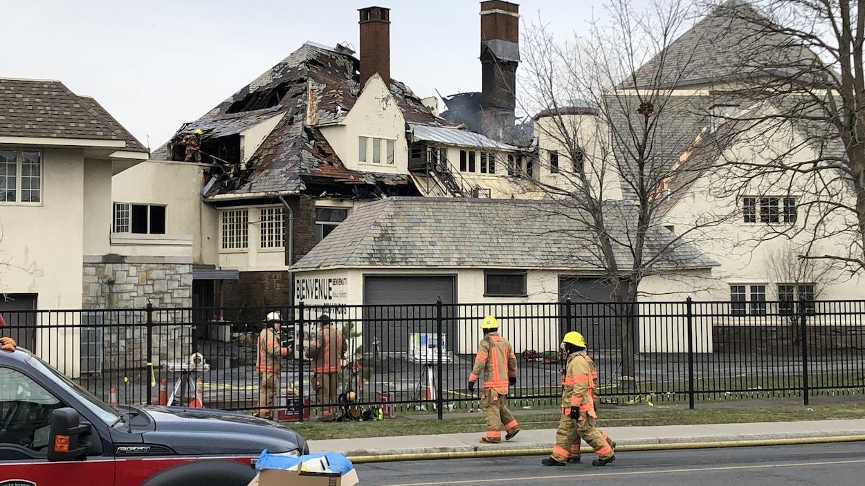 Le toit de l'Académie Sainte-Anne a été détruit par le feu.