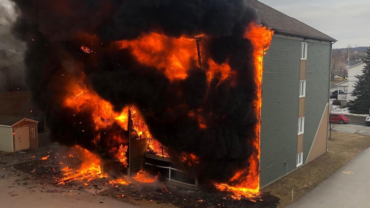 Les flammes ravagent l'arrière du bâtiment.
