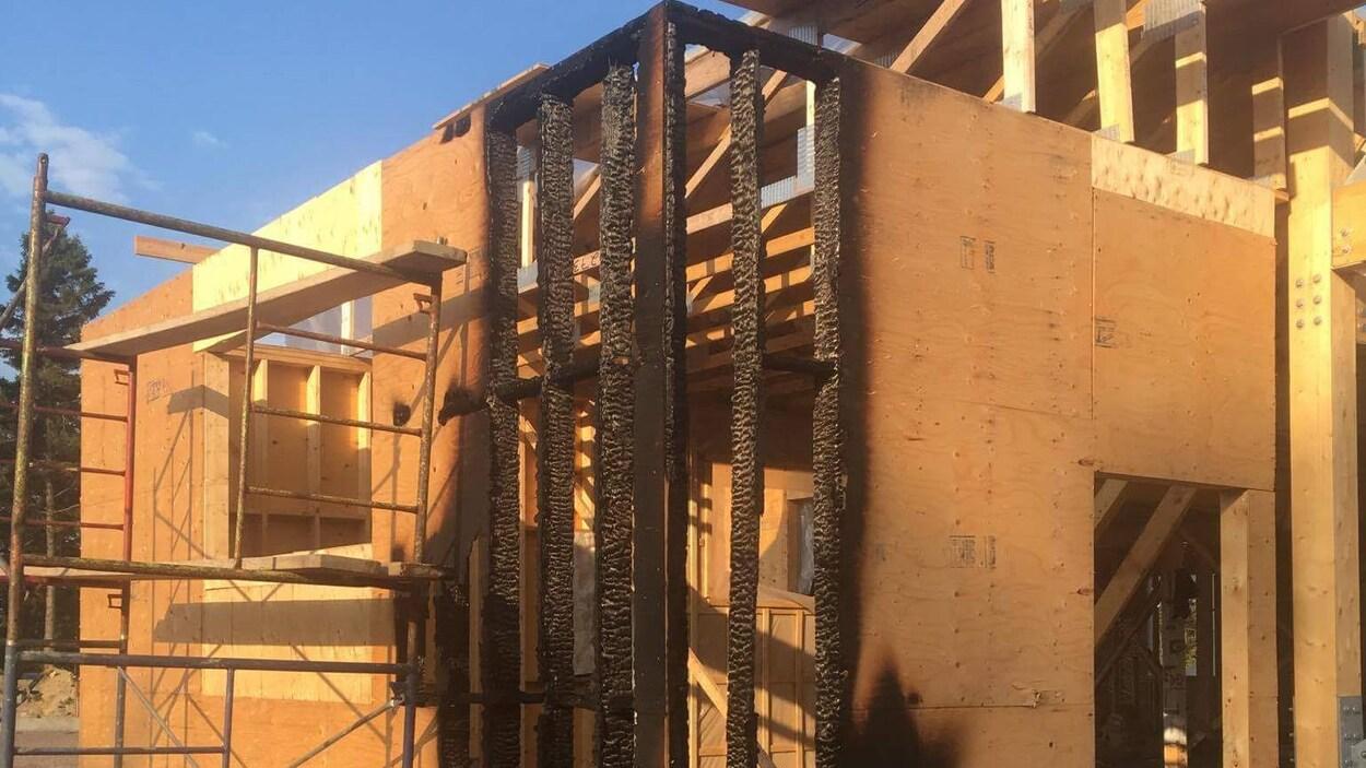 Une structure en construction brûlée